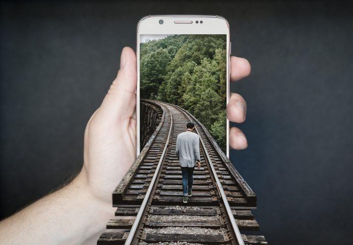 Homem no trem e celular